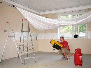 Поклейка обоев или натяжной потолок