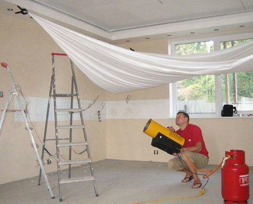Почему натяжные потолки пахнут