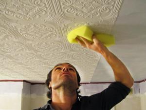 как поклеить верно обои на потолок