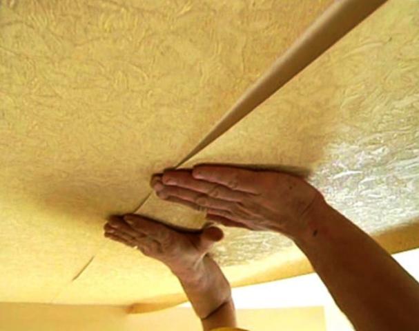наклейка обоев на потолок